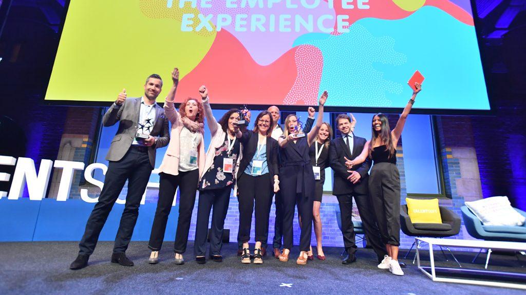 Asha Sumputh sur scène avec des membres de Talentsoft